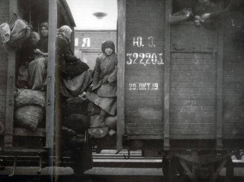 RefugeesBetweenRailcars